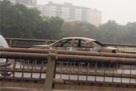 Chiếc xe bị cháy trơ khung sắt