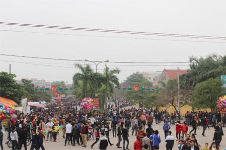 Các con đường dẫn đến trung tâm của hội Lim đã đông kín người