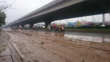 Xe máy phải đi sang cả làn đường ô tô để tránh bùn đất
