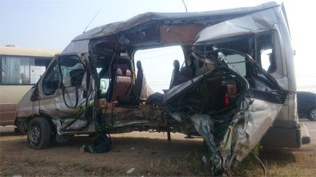 Xe khách 16 chỗ bị tông bẹp sườn bên tài xế...