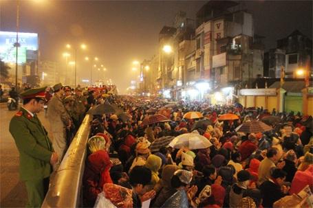 Hàng vạn người bất chấp mưa rét vẫn ngồi tràn ra đường để tham dự lễ cầu an...