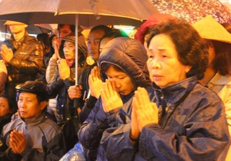 Bà Yến (bìa phải) mong cầu cho quốc thái dân an, cho gia đình gặp nhiều may mắn...