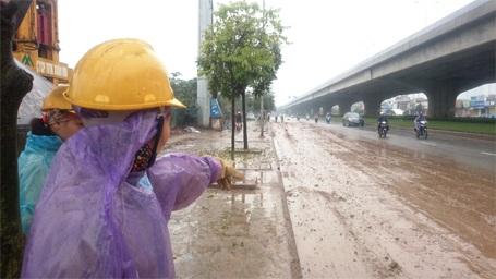 Công nhân môi trường bức xúc vì dọn không xuể bùn đất.