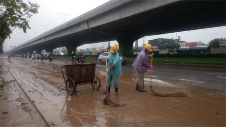 Công nhân môi trường rất vất vả dọn dẹp...