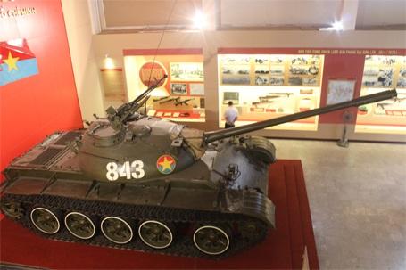 Xe tăng T54B - 843 được đưa về Bảo tàng lịch sử Quân sự Việt Nam (Hà Nội) năm 197