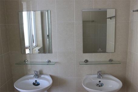 Nhà vệ sinh khá hiện đại, sạch sẽ.
