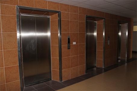 Đi lại bằng thang máy...