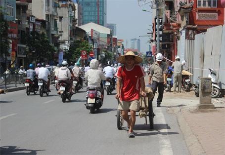 Người dân bải hoải vì nắng nóng cao độ kéo dài.