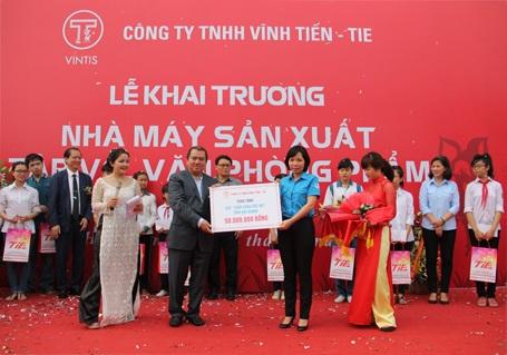 Bà Sái Thị Yến (áo xanh) thay mặt tỉnh đoàn Hải Dương nhận 50 triệu đồng tiền ủng hộ...