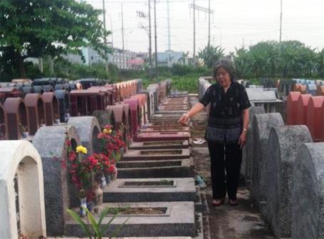 Bà Đức chỉ vào ngôi mộ của gia đình bà bị kẻ xấu đập phá bát hương