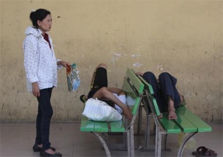 Người nhà dùng quạt nan quạt cho bệnh nhân