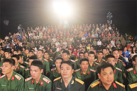 ...cùng hàng trăm cựu chiến binh, chiến sỹ và khán giả Thủ đô