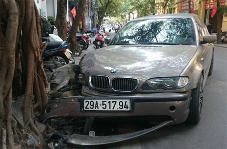 Đầu xe bị hư hỏng nặng, 1 bánh trước gần rời hẳn khỏi xe