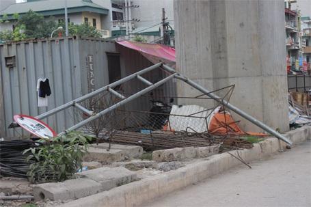 Lực lượng chức năng đã cắt bỏ và di chuyển xác khung sắt vào bên trong công trường