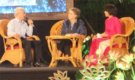 GS.TS Mạch Quang Thắng (bìa trái) đang trả lời câu hỏi của Nhà báo, MC Diễm Quỳnh (áo đỏ)