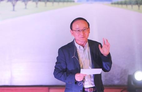Ông Han Myoung Sup đang trò chuyện với sinh viên ĐHBKHN