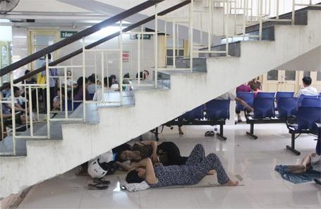 Gầm cầu thang bệnh viện được nhiều người tận dụng làm chỗ nghỉ trưa