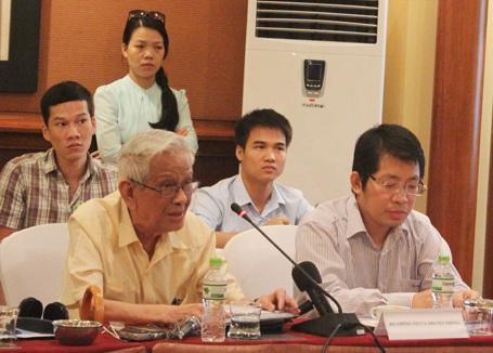 Nhà báo Hữu Thọ (hàng đầu, bìa trái) phát biểu tại hội thảo...