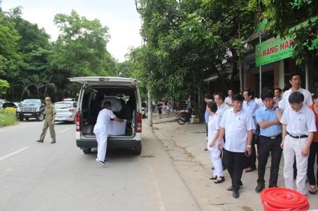 Xe cứu thương di chuyển đến nhà bệnh nhân