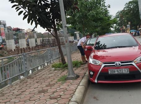 Nam thanh niên đang chuẩn bị trấn lột tiền đậu xe của chủ phương tiện ô tô tại đường Giáp Nhất