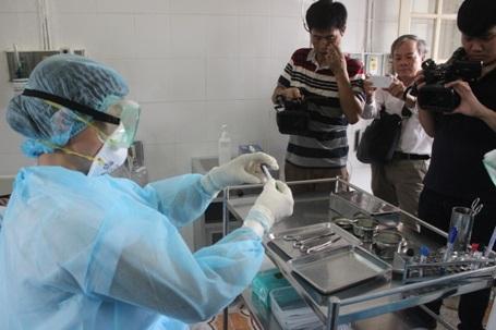 Lấy mẫu phẩm bệnh tại mũi bệnh nhân