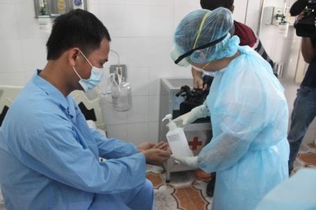 Cho bệnh nhân rửa ta bằng nước khử trùng đặc biệt