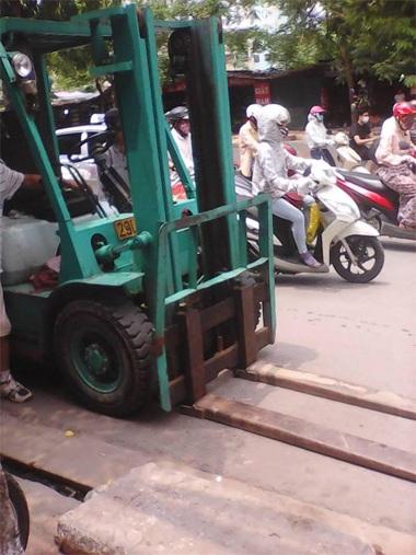 Xe nâng sau gặp sự cố đã nhanh chóng rời khỏi hiện trường cùng xe cứu hộ