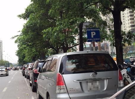 Theo qui định phải có biển báo, vạch màu trắng kẻ liền theo khung như này mới được phép đỗ xe ô tô