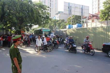 Lực lượng an ninh làm nhiệm vụ tại cổng trưởng ĐH Sư phạm Hà Nội