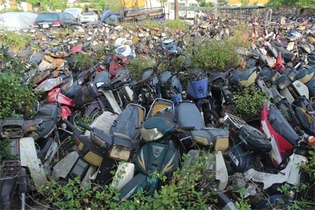 Hàng nghìn chiếc xe máy đang dần biến thành đống sắt vụn