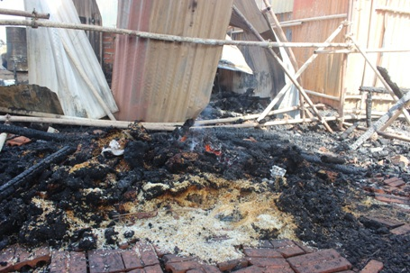 Gạo của công nhân bị cháy, vương vãi nhiều nơi