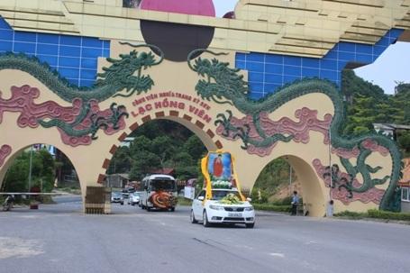 13h45 đoàn xe chở linh cữu Nhạc sỹ An Thuyên đã tới cổng nghĩa trang Lạc Hồng Viên