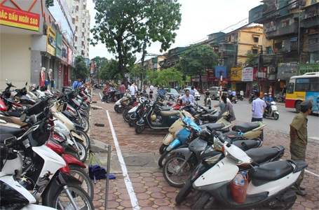 Vỉa hè phố Phạm Ngọc Thạch đã sắp xếp chỗ đỗ xe gọn gàng, có đơn vị trông giữ xe theo đúng qui định