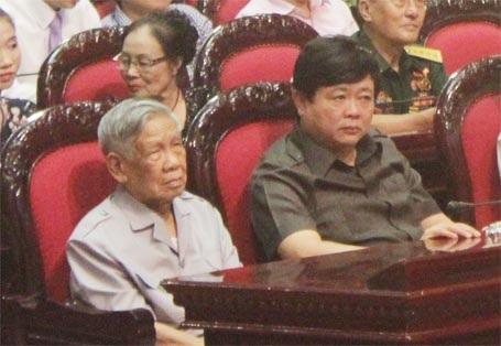 Nguyên Tổng Bí thư Lê Khả Phiêu (trái) và ông Nguyễn Thế Kỷ -