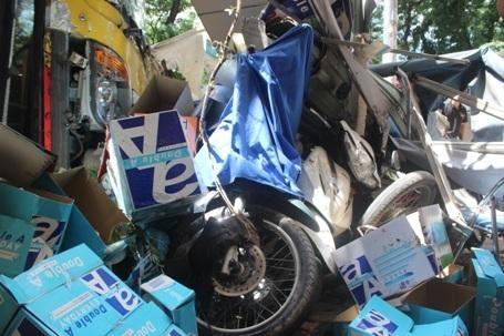 Nhiều xe máy bị dồn toa đổ xiêu vẹo và hư hỏng nặng
