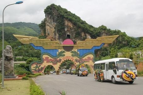 Đoàn xe chở thi hài NSND Đình Quang đến nghĩa trang Lạc Hồng Viên