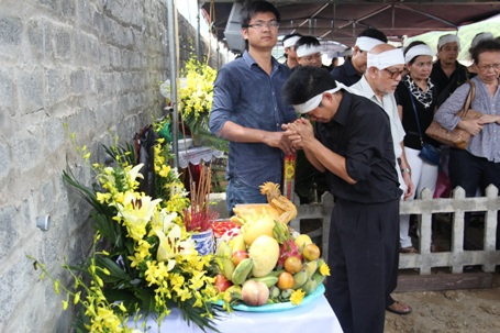 Con trai NSND Đình Quang chắp tay trước di ảnh người cha
