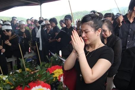 Diễn viên Kim Oanh xúc động trước di ảnh của NSND Đình Quang