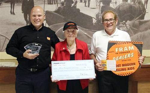 Tập đoàn FRAM trao tặng học bổng và phiếu bảo dưỡng xe cho bà
