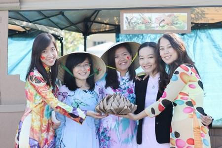 Thiếu nữ Việt duyên dáng trên đất Mỹ