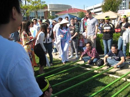 Màn múa sạp của các du học sinh Việt thu hút sự chú ý của bạn bè quốc tế