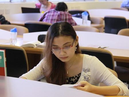 Mỹ Uyên - nữ chủ nhân của học bổng danh giá chăm chú đọc sách trong thư viện