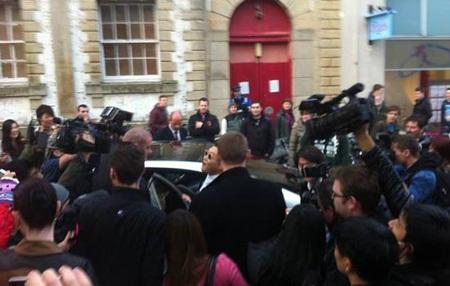 Psy đến Oxford trong sự chờ đón của rất nhiều người hâm mộ