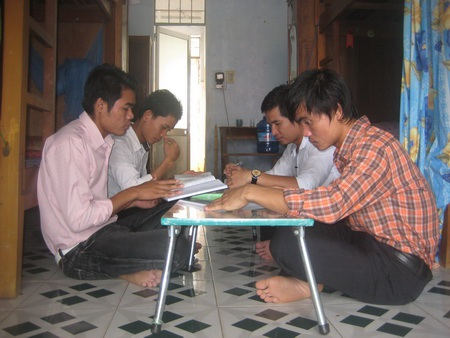 Lưu học sinh Lào (Trường Cao đẳng sư phạm Kon Tum) học bài tại ký túc xá