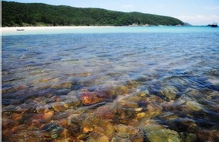 Đến Cô Tô bạn sẽ thích thú với những bãi biển trải dài, bờ cát trắng mịnh và làn nước trong xanh