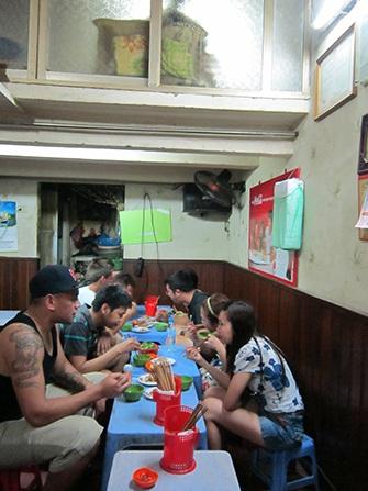 Vào buổi tối khách đến quán bánh cuốn Quảng An rất đông