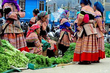 Chợ Bắc Hà (Lào Cai) rực rỡ vì sắc áo người Mông hoa, người Dao đỏ,...