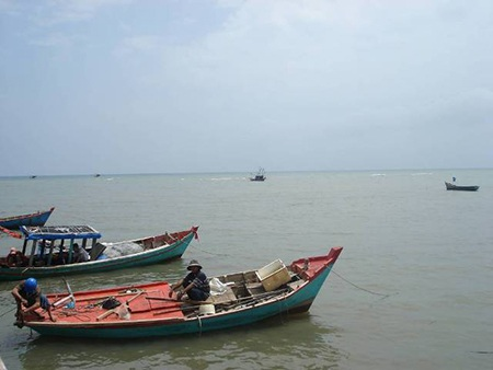 Chiều về trên bãi Hàm Ninh, bạn có thể ngắm biển xanh, phía xa xa là quần đảo Hải Tặc