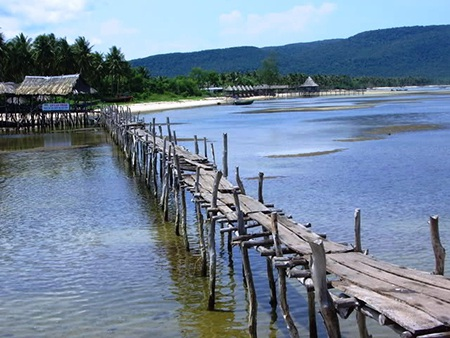 Đến làng chài Hàm Ninh bạn có thể nhìn thấy cuộc sống nguyên vẻ hoang sơ với nhà tranh vách tre
