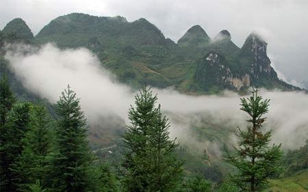 Núi Ba Mẹ Con ở thị trấn Bắc Hà